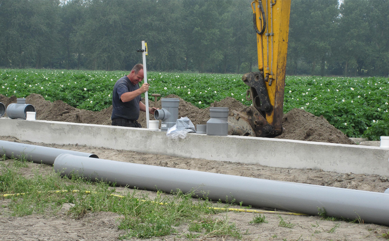 Klassische Fundamentarbeiten: PVC-Regenrohre für das Fundament