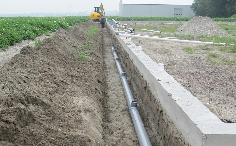 Klassische Fundamentarbeiten: Regenrohr graben für das Fundament